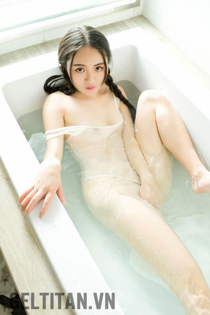 em gái khỏa thân dưới bồn tắm